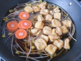青菜豆泡汤,锅里的水开始冒小泡时放入胡萝卜和豆泡
