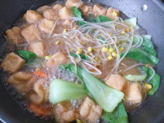 青菜豆泡汤,翻炒一下,让盐和鸡精入味到汤里