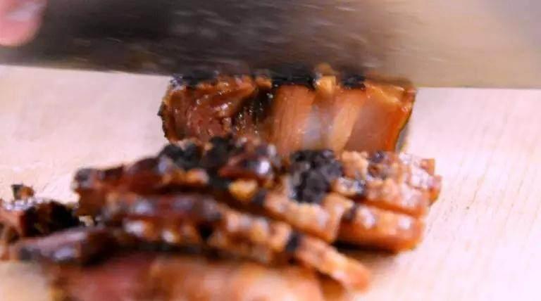 换个方法吃腊肉——干锅腊肉茶树菇,煮好的腊肉放凉,切片备用