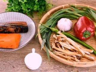 换个方法吃腊肉——干锅腊肉茶树菇,·食材·    腊肉 500g、茶树菇 300g、大蒜 10g、二荆条 20g  甜椒 20g、青蒜苗 50g、火锅底料 150g、白酒 15g