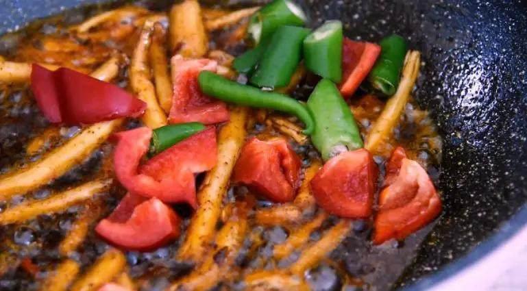 换个方法吃腊肉——干锅腊肉茶树菇,起油锅,放入火锅底料炒融