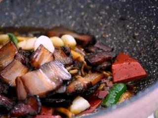 换个方法吃腊肉——干锅腊肉茶树菇,加入茶树菇、甜椒、二荆条翻炒