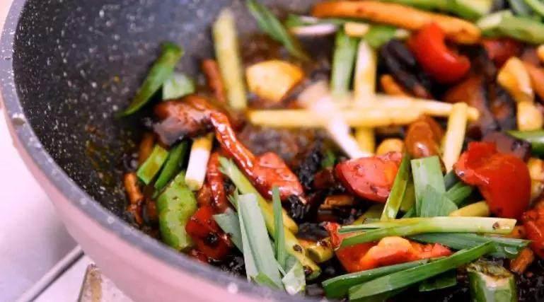 换个方法吃腊肉——干锅腊肉茶树菇,将腊肉回锅,淋上白酒增香