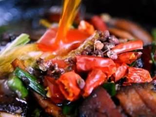 换个方法吃腊肉——干锅腊肉茶树菇,加青蒜苗炒匀出锅