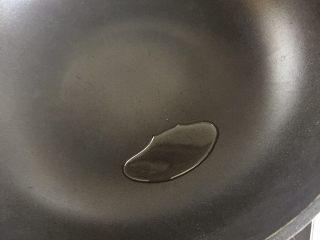 海苔炒年糕,锅内再加适量的油,加热,待油温到6成热关火