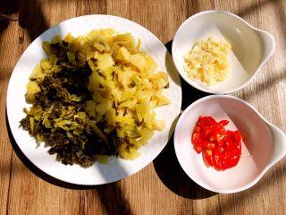 自制腌菜,把酸菜洗净切碎,小米椒切小段,蒜切碎