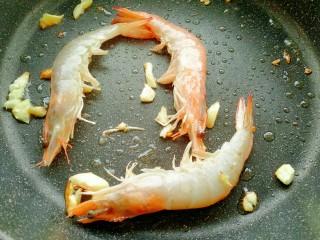 茄汁鲜虾意面,放入鲜虾炒至变色