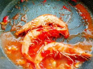 茄汁鲜虾意面,倒入适量的水
