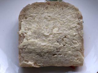 高颜值好味道的水果三明治,再盖一层吐司,抹上沙拉酱。