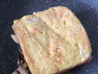 高颜值好味道的水果三明治,把吐司放进锅里微煎。注意四周都要煎一下。