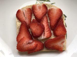 高颜值好味道的水果三明治,摆上切好的草莓片。
