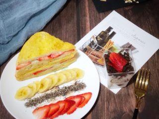 高颜值好味道的水果三明治,切开,搭配上水果和奇亚籽,还有酸奶草莓盆栽,丰富的早餐就做好了。