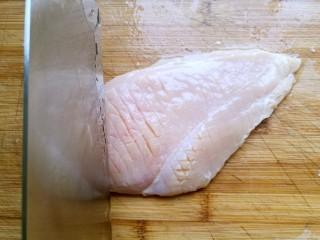 宫保鸡丁,再用刀在鸡肉上轻切十字花刀。