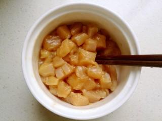 宫保鸡丁,用筷子把鸡肉拌匀,腌制二十分钟备用。