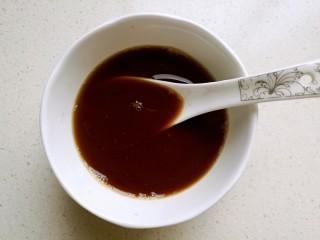 宫保鸡丁,取一只小碗,放入酱油,醋,糖,料酒,淀粉,再加适量清水调成料汁备用。