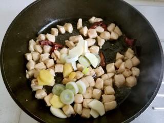 宫保鸡丁,加入葱姜蒜片。