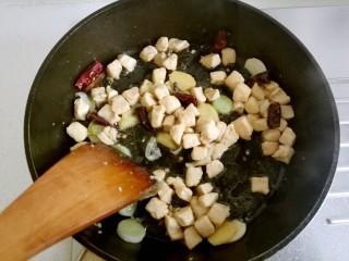 宫保鸡丁,用锅铲炒出香味。