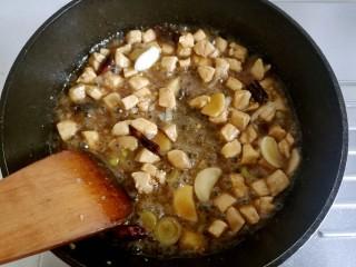 宫保鸡丁,用锅铲炒匀。