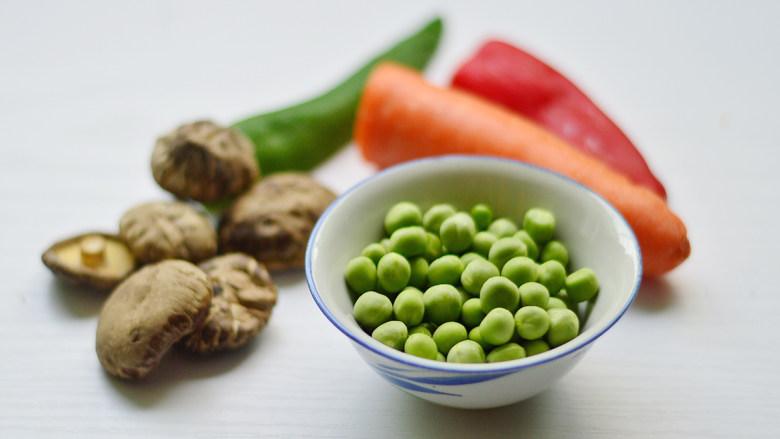 胡萝卜炒豌豆,先将材料准备好