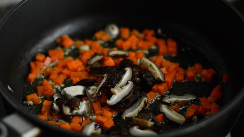 胡萝卜炒豌豆,放入胡萝卜和香菇炒制