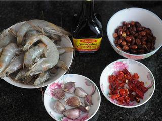 宫保凤尾虾,所有的食材准备好,花生炒熟,干辣椒切成段,大蒜用刀拍碎去皮,姜切片备用