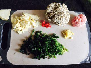 冬笋雪菜肉末面,所有食材切好,荞面面条是自己用面条机压的,然后放冰箱,吃的时候拿出来