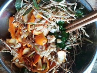 #时令菜#清香开胃的折耳根凉拌橙皮,所有食材全部到位,开始用筷子搅拌均匀
