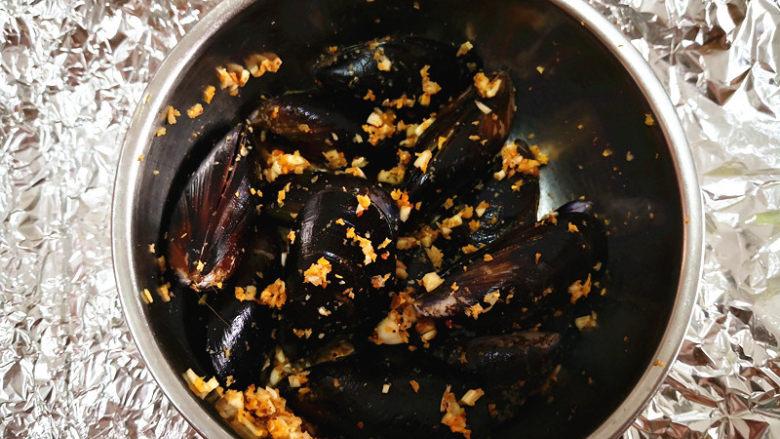 香蒜贻贝,将拌好的佐料撒在贻贝上,拌均匀,
