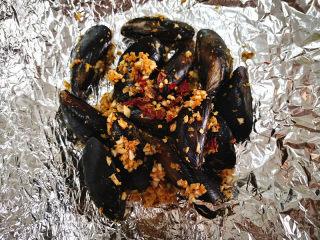 香蒜贻贝,干辣椒切碎,撒在上面,将锡纸包好,