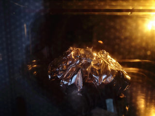 香蒜贻贝,烤箱预热,上下火,中层,195度,烤15分钟左右,