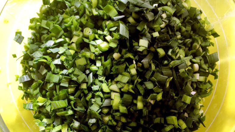 三鲜馅水饺,滤干水份的韭菜切碎