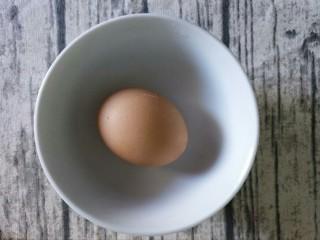 青椒洋葱炒鸡蛋丁,准备一个鸡蛋