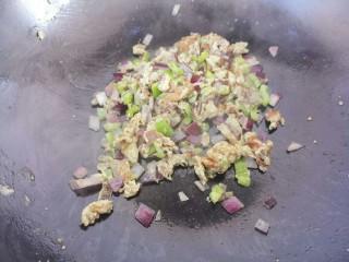 青椒洋葱炒鸡蛋丁,然后炒匀就可以了