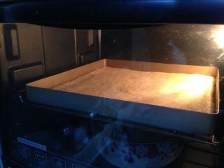 肉松面包卷,入烤箱,启动发酵程序二次发酵30分钟(烤盘底部要放一碗温水)
