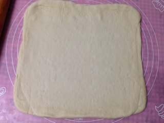 肉松面包卷, 然后擀成烤盘大小的正方形(我用的28cmx28cm烤盘)