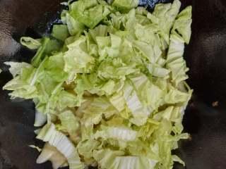 快炒+营养+美味的蚝油小白菜,加入白菜叶,快速翻炒。