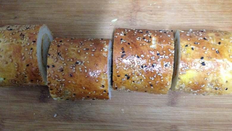 肉松面包卷,面包切段