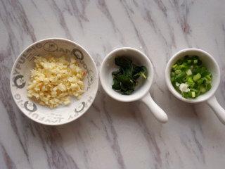 麻辣沸腾蚕豆,将大蒜剁碎;薄荷叶切碎,葱切成花待用