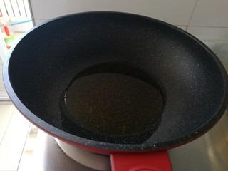 驴肉烧卖,起油锅,把豆油烧开(半碗豆油),拌馅油要多点。