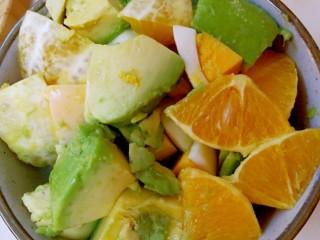 简单营养沙拉,把鸡蛋,牛油果,橙子放在碗里