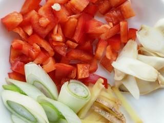 春韭炒鸡肝块,准备葱姜蒜,青椒,红椒。