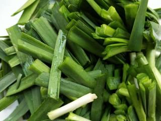 春韭炒鸡肝块,韭菜洗净,切寸断。