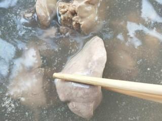 春韭炒鸡肝块,煮5~7分钟,即可捞出。