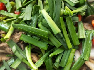 春韭炒鸡肝块,撒韭菜翻炒。 ~此时根据个人口味尝尝调味汁是否够味,不够再加调味。