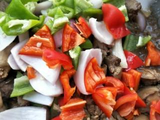 春韭炒鸡肝块,放青椒,红椒翻炒一下。