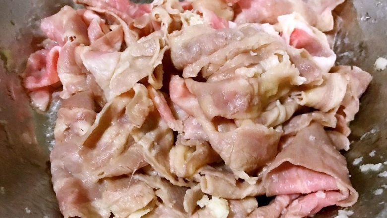 水煮肥牛金针菇,在清水中冲洗一下浮沫放入容器中