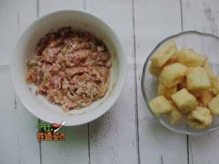 豆腐泡塞肉,肉末中加入酸菜剁碎、鹽、醬油、胡椒粉、生粉,加入一勺水向著同一個方向攪拌至起膠,加入蔥花姜末攪拌均勻;