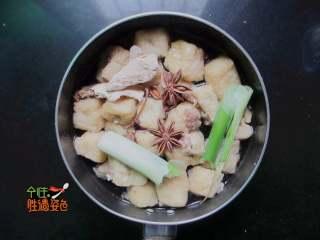 豆腐泡塞肉,鍋里到少許油,把肉餡的一面小火煎一分鐘,加入八角。蔥段、姜片