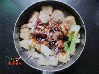 豆腐泡塞肉,加點生抽,少許老抽,蠔油。加水