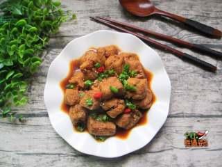 豆腐泡塞肉,裝盤上桌